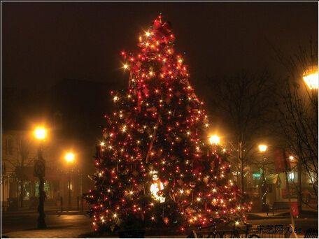 在冰岛圣诞节在平安夜下午6时开始,教堂钟声会被敲响,人们会与家人一