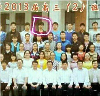 一名穿白衬衫的年轻男生坐在